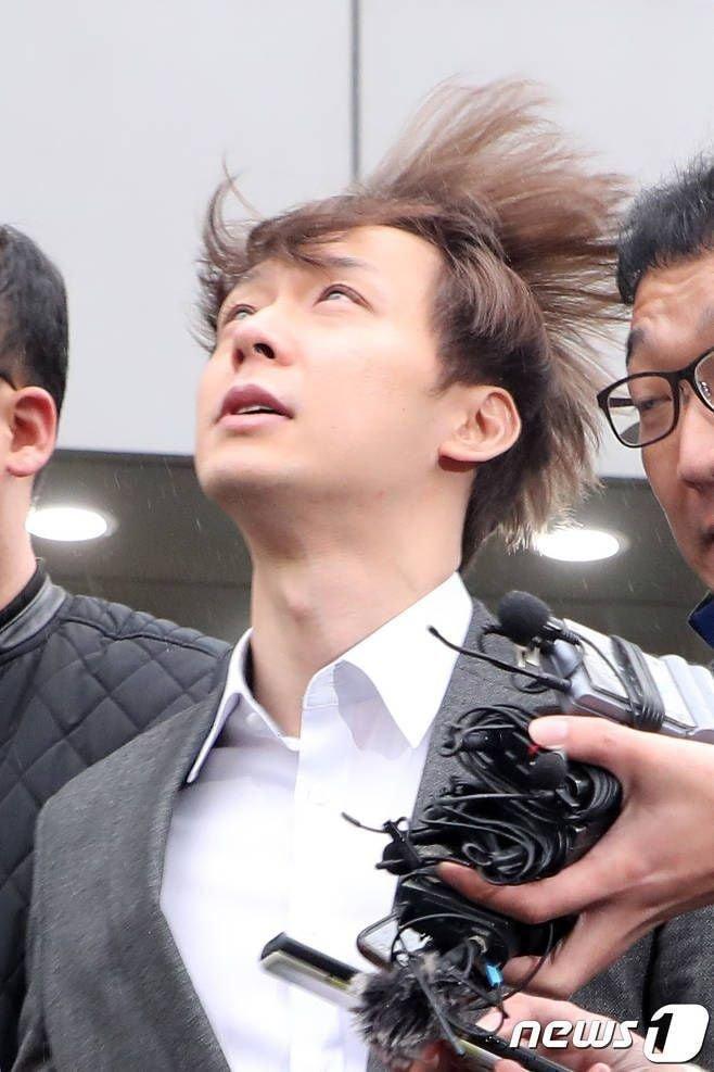 Ngẩng đầu nhìn bầu trời suy tư - vẻ mặt kì lạ của Park Yoochun khi bị còng tay và áp giải ra khỏi sở cảnh sát