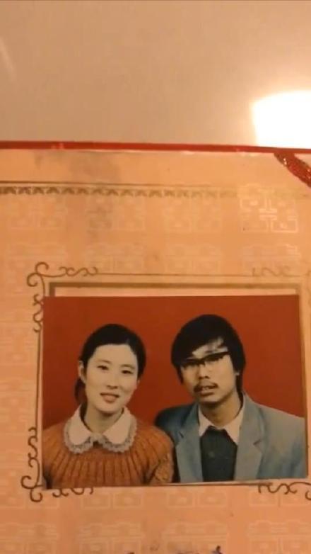 Trào lưu đang làm mưa làm gió trên Weibo: 'Khoe ảnh cưới của bố mẹ ngày xưa'