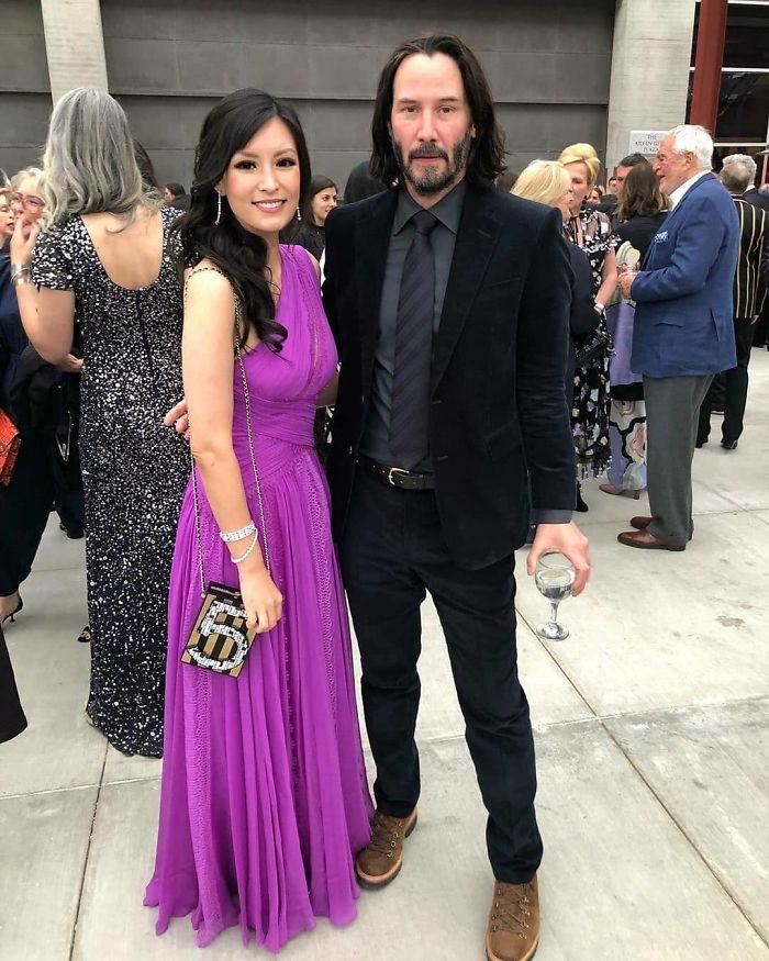 Tại sao Keanu Reeves không bao giờ chạm tay vào người fan nữ khi chụp ảnh cùng?
