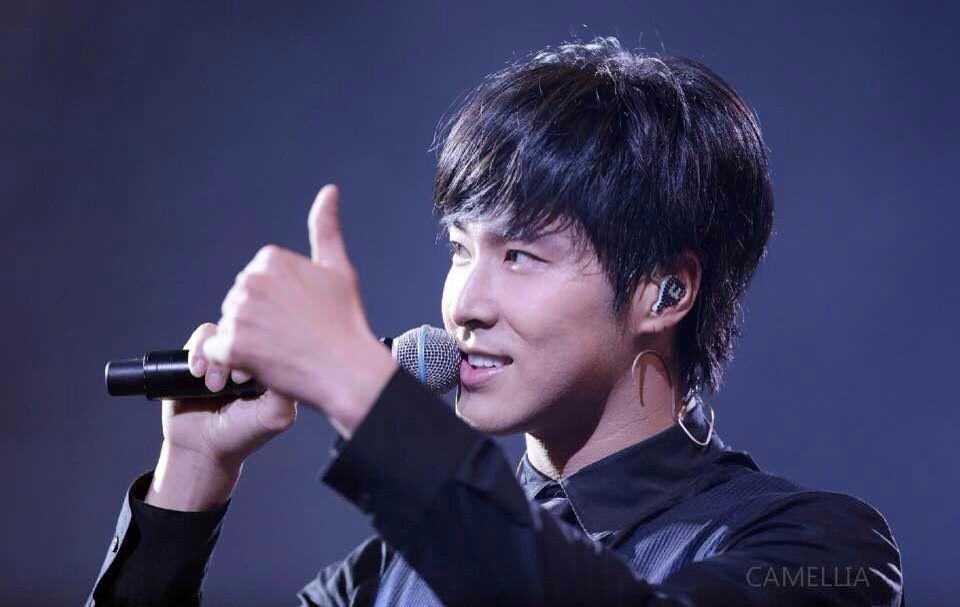 DBSK Yunho luôn 'bật ngón cái' khi chụp ảnh, bạn sẽ khóc khi biết câu chuyện đằng sau đó