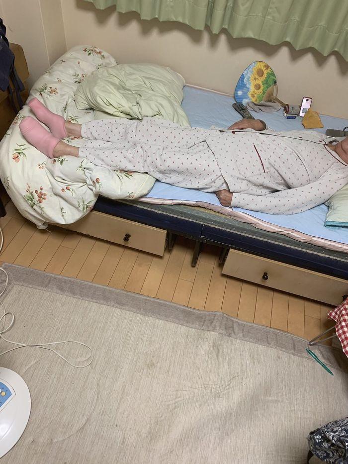 Tìm thấy 'tất giữ nhiệt' trong phòng cháu trai, bà ngoại không ngờ đó là đồ chơi 'sung sướng'