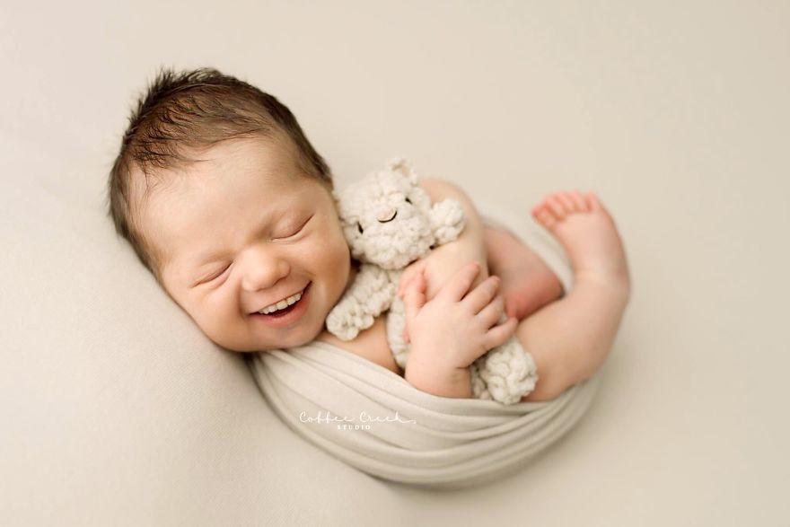 Trẻ sơ sinh cười khoe răng: Hình ảnh tưởng vô hại mà làm sởn hết da gà