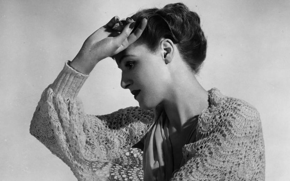 Lịch sử làm đẹp của phụ nữ là chuỗi dài những thống khổ
