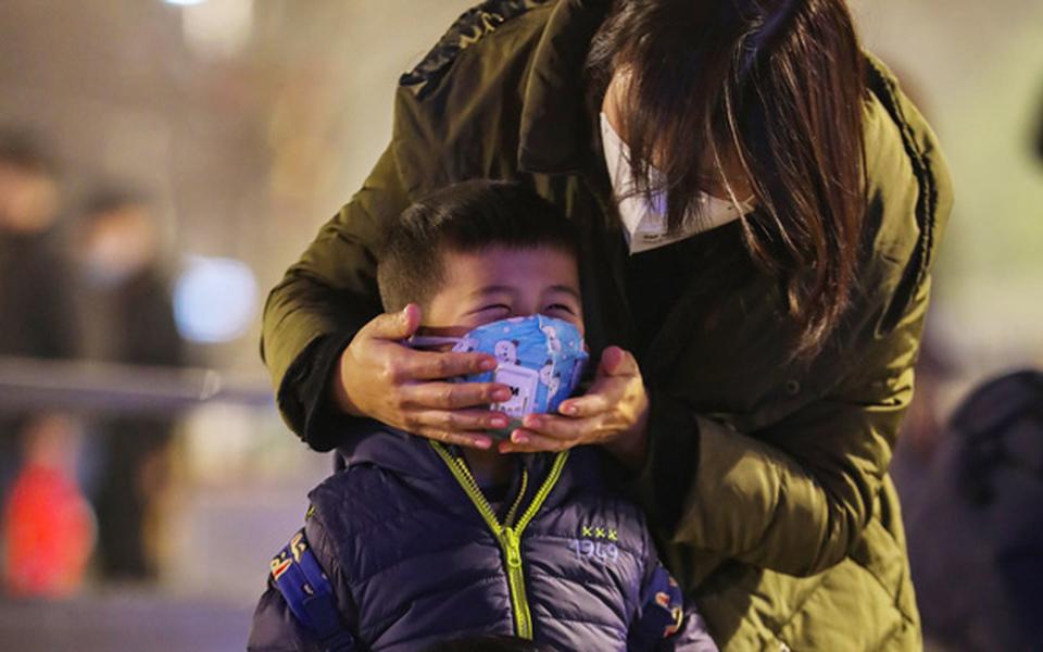Từ tâm dịch Vũ Hán: Lương thực bị vét sạch, khẩu trang cháy hàng, thành phố nhuốm màu ảm đạm