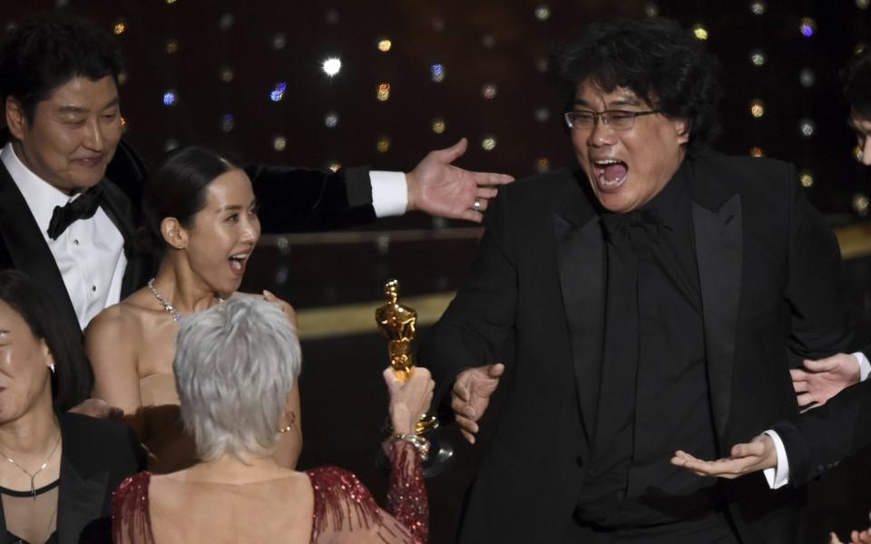 Đạo diễn Bong Joon-ho và loạt khoảnh khắc siêu hài tại lễ trao giải Oscar 2020