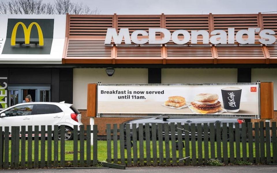 Giữa bão dịch Covid-19, McDonald's tạo 'ô vuông' khoảng cách cho khách hàng