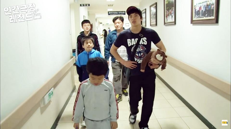 Cách anh trai 19 tuổi bế em trai 10 tháng tuổi bỗng dưng gây sốt trong show Hàn vì quá dễ thương