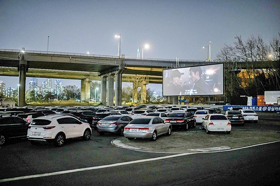 Giữa mùa đại dịch Covid-19, dân Hàn Quốc rủ nhau xem phim ngoài trời cho đỡ sợ