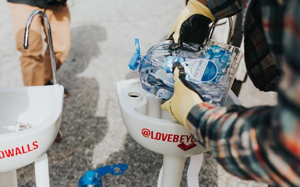 Người đàn ông lắp hàng loạt bồn rửa tay trên phố để người vô gia cư có thể rửa tay
