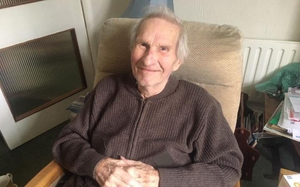 Cụ ông 92 tuổi kiên cường khó tin, bị ung thư và viêm phổi vẫn đánh bại COVID-19