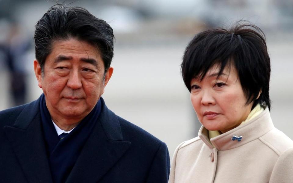 Vợ Thủ tướng Shinzo Abe tụ tập đông người trong mùa dịch khiến chồng khó xử
