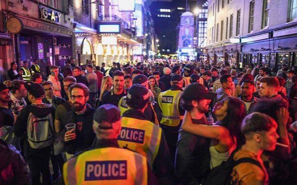 'Ngày thứ Bảy tuyệt vời' của nước Anh: Dân tình kéo nhau ra đường tấp nập, nguy cơ dịch bệnh tái bùng phát