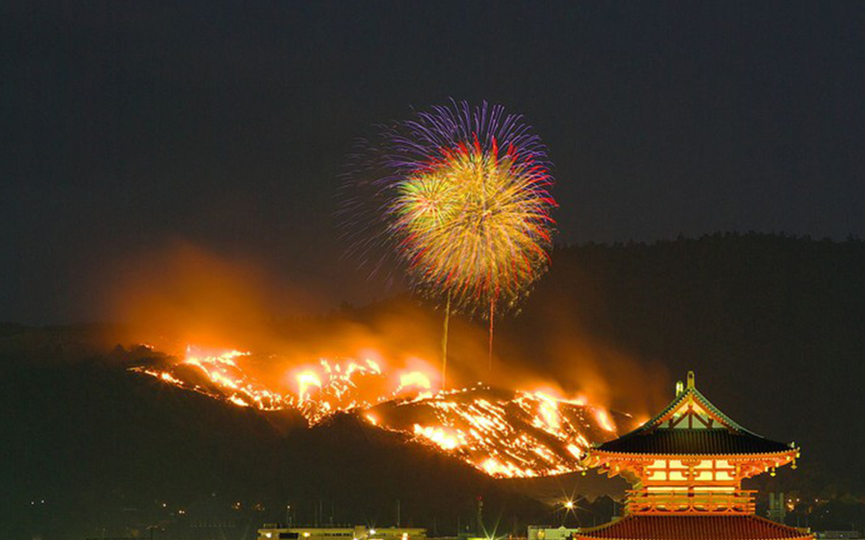 Chỉ có ở Nhật Bản: Đốt cả ngọn núi để ăn mừng lễ hội
