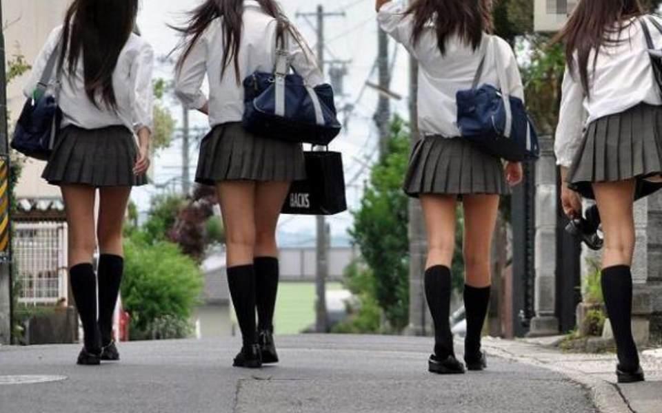 Vấn nạn mới ở Nhật: Các cô gái trẻ mặc váy ngắn để cám dỗ người khác chụp lén