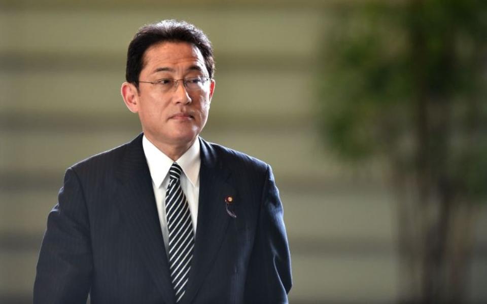 Ứng viên Thủ tướng Nhật Bản gây tranh cãi vì chụp ảnh vợ như người hầu
