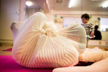 'Otonamaki': Rùng rợn trước phương pháp trị liệu 'bọc kín người như trẻ sơ sinh' gây sốt ở Nhật