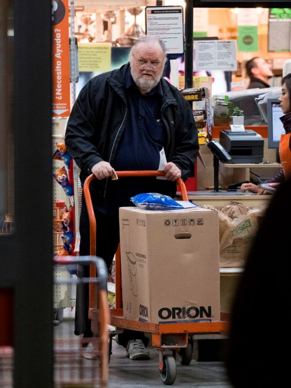 prod thomas markle snr does some late night shopping in rosarito mexico
