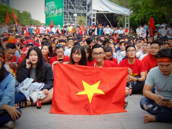 Bạn Hoàng đi cùng bạn gái đến cổ vũ cho đội tuyển Việt Nam, cho biết đây là lần đầu tiên cả hai cùng nhau đi xem bóng đá tại nơi đông người như thế này, không khí rất nhộn nhịp và sôi nổi.