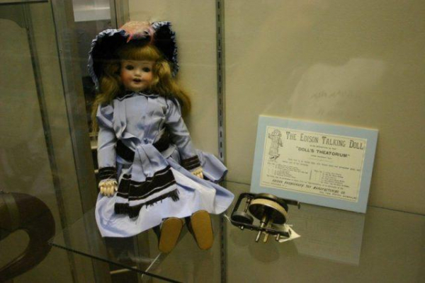 the edison talking doll photo by kai schreiber cc by sa 2 0 640x427