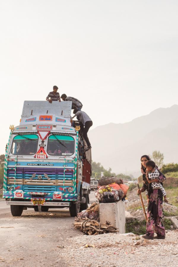 Một gia đình thuộc cộng đồng dân tộc thiểu số Gujjar đang chất đồ lên xe tải, họ sắp sửa di chuyển từ Punjab đến Kashmir để tránh nóng vào thời gian nhiệt độ nơi đây tăng lên cao kỷ lục. Dù quãng đường xa xôi và khó khăn di chuyển là vậy, nhưng các tài xế thường chỉ nhận được một khoản thu nhập ít ỏi. Thật ra, số tiền mà họ nhận về sau mỗi chuyến đi là không ít, nhưng tiền dành cho phí cầu đường, tiền sửa chữa phương tiện, sinh hoạt cá nhân và tiền mãi lộ cho cảnh sát đã bòn rút họ đến những đồng cuối cùng.