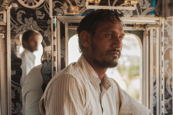 Phụ lái Amarjot Singh đang quan sát đường trong khi người em trai Avtar đang cầm lái.