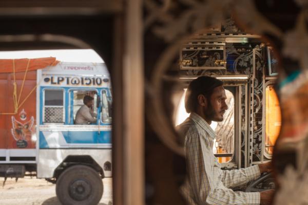 Avtar Singh, trên đường đến Rajasthan, đang rất tỉnh táo nhưng đằng sau đó là những cơn quằn quại hay những cuộc đấu tranh tư tưởng về việc sử dụng thuốc phiện kích thích thần kinh.