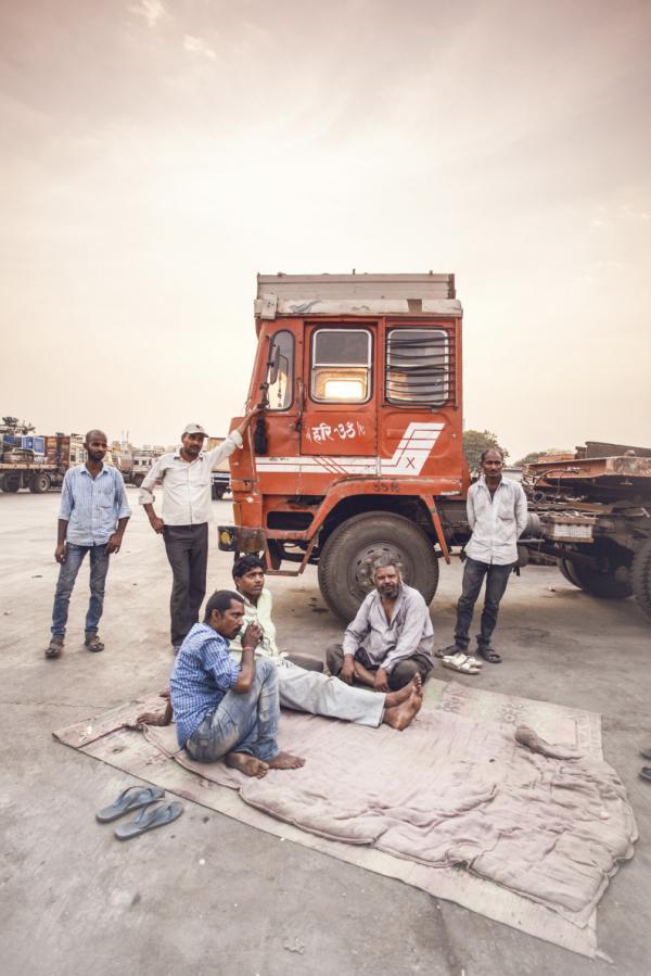 Cánh tài xế nghỉ chân tại một trạm dừng chân ven đường ở Kalamboli. Đây là nơi đậu đỗ có sức chứa cho hơn 300 xe tải mỗi ngày và là nơi quen thuộc của giới lái xe sau một ngày vất vả trên những con lộ.