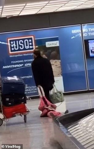 Ông bố kéo con gái đi khắp sân bay vì cô bé giận dỗi không chịu đứng dậy