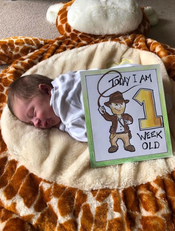Ông bố của năm: Tự tay vẽ thiệp hoạt hình Disney đánh dấu 20 cột mốc quan trọng của con