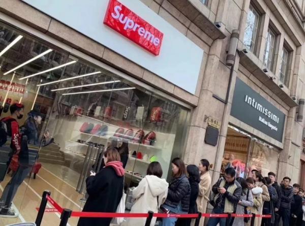 Mặc ai nói ngả nói nghiêng, cửa hàng Supreme giả tại Thượng Hải vẫn khai trương linh đình