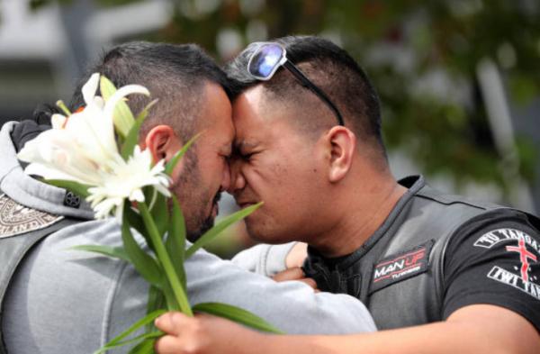 Băng đảng gangster đến chia buồn với gia đình nạn nhân sau cuộc xả súng đẫm máu nhất New Zealand