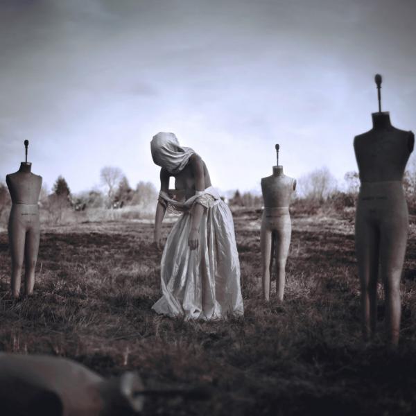 Bóng đè - cơn ác mộng khủng khiếp của con người được tái hiện qua nhiếp ảnh như thế nào?