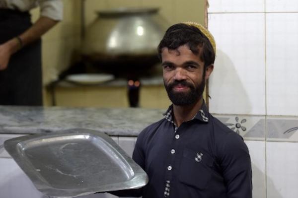Song trùng là có thật: Anh phục vụ Pakistan nổi tiếng vì giống hệt Tyrion Lannister của 'Game Of Thrones'