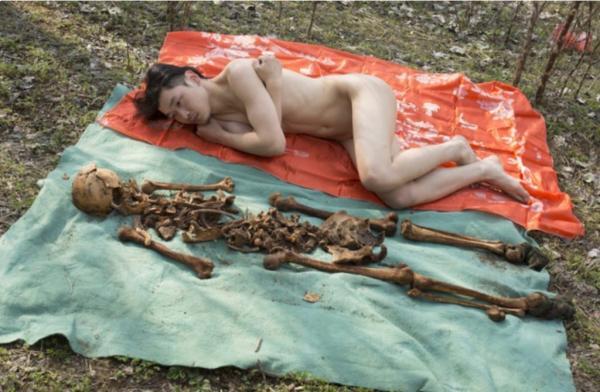 Chàng nghệ sĩ chụp hình nude cùng hài cốt của cha mình nhân tiết Thanh Minh