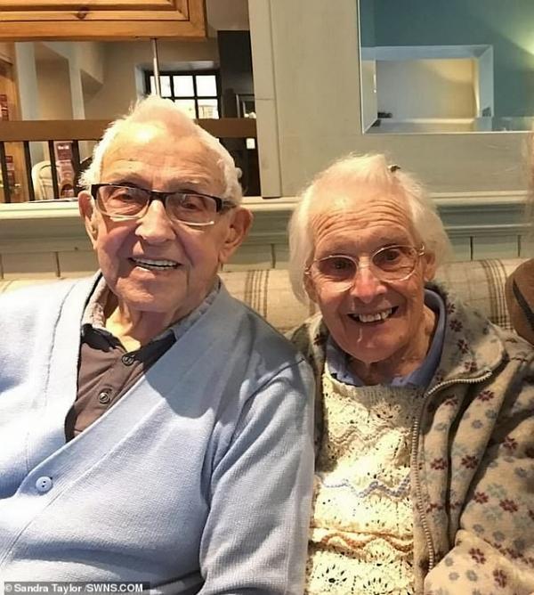 Kỷ niệm 75 năm ngày cưới, cụ ông dắt cụ bà về nơi họ từng thề nguyện bên nhau để kết hôn lần nữa