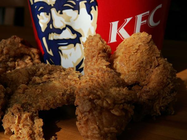 Giả làm nhân viên kiểm tra chất lượng của KFC gửi xuống, thanh niên đi khắp nhân gian 'ăn chùa' gà rán