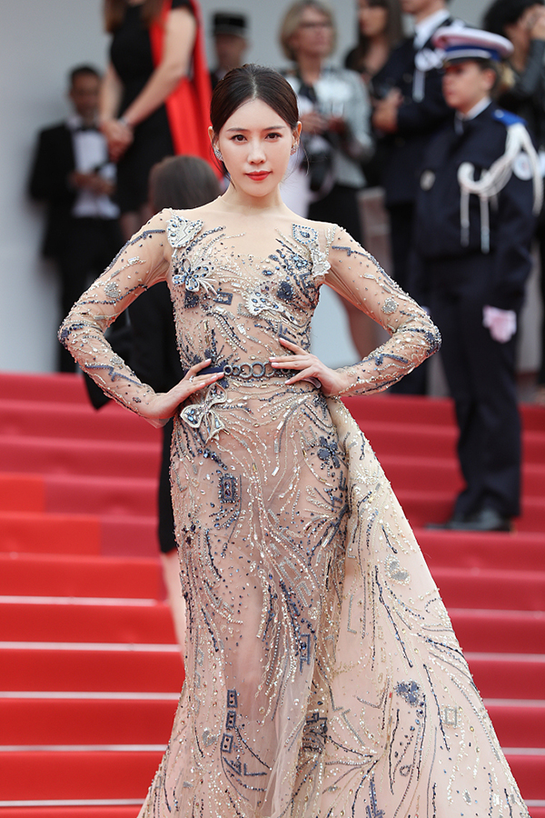 Sao nữ 'Diên Hi Công Lược' cố đu bám thảm đỏ Cannes, bị đuổi liền giả vờ không hiểu tiếng Anh
