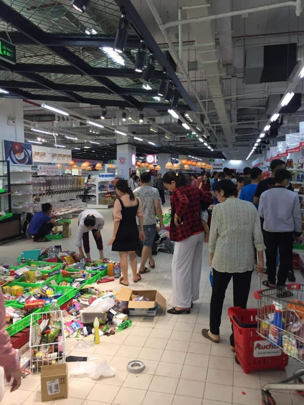 Siêu thị Auchan 'vỡ trận' vì khách mua hàng vô ý thức, xé thức ăn, nước uống dùng tại chỗ