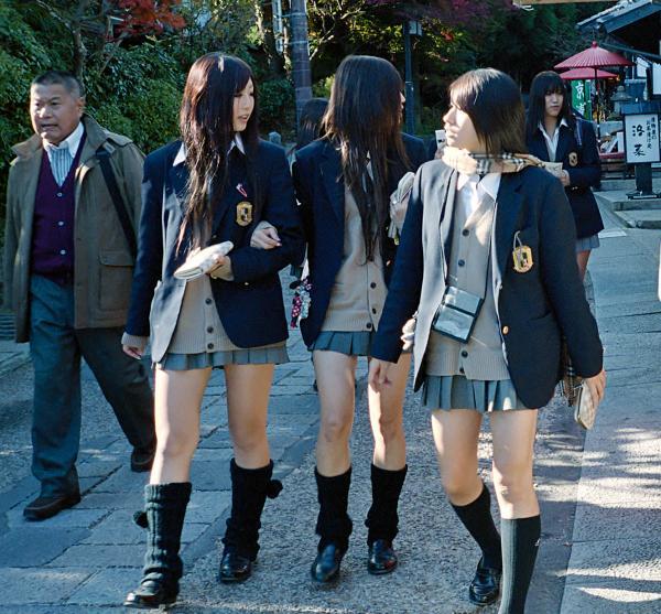 Six Splashback Looks We Love: Nhật Bản: Hé Mở Nạn Quấy Rối Trên Tàu điện Ngầm Và Chuyện