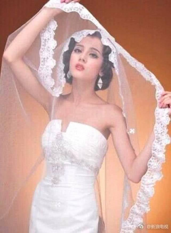 Địch Lệ Nhiệt Ba làm mẫu ảnh cưới thời Đại học: Nữ thần cũng có khoảnh khắc không dám nhìn lại