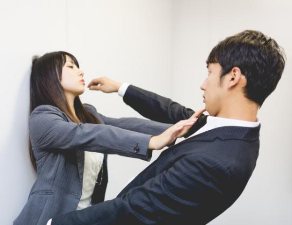 Nhật cảnh báo các kiểu quấy rối phụ nữ phổ biến trên tàu điện ngầm, nhiều kiểu cực kì biến thái