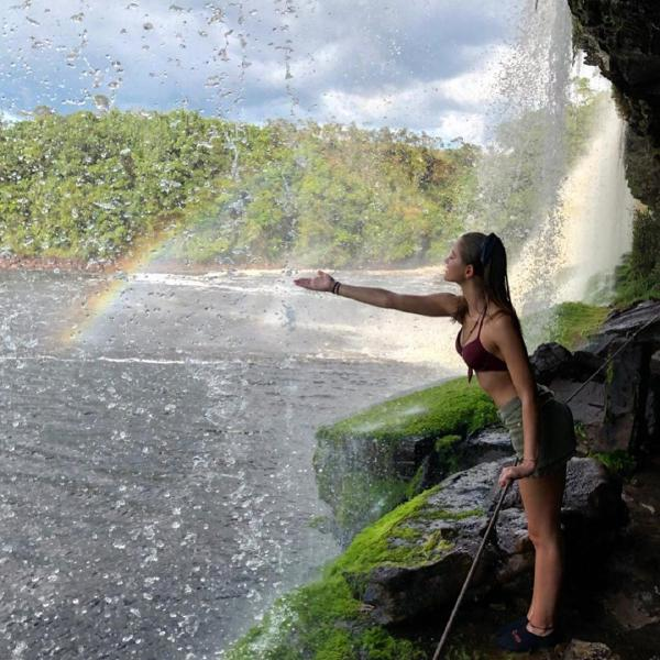 Cô gái mới 21 tuổi chính thức trở thành người trẻ nhất du lịch đến toàn bộ quốc gia trên Trái Đất