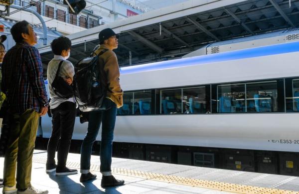 26 chuyến tàu ở Nhật bị đóng băng khiến 12.000 người trễ giờ chỉ vì một... con ốc sên