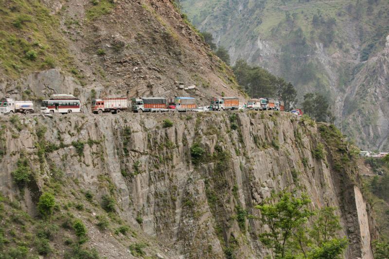 Cảnh kẹt xe kéo dài đến hàng cây số là cảnh tượng thường thấy trên con đường đơn làn NH44 đi từ Jammu đến Srinagar, đây là con đường duy nhất nối Thung lũng Kashmir với phần còn lại của đất nước.