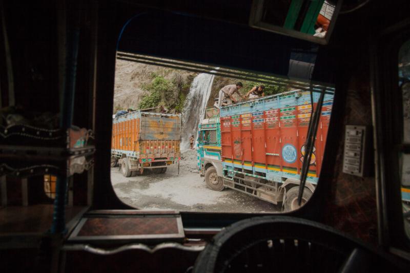 Dừng chân tại một thác nước tự nhiên ở vách núi của dãy núi Himalaya trên đường NH44 tại Kashmir, các tài xế tắm rửa và nghỉ ngơi trước khi bắt đầu chặng đường còn dài ở phía trước.