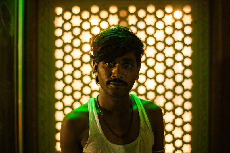 Một tài xế trẻ dừng chân lại ở ngôi đền thờ Thần Krishna tại Rajasthan. Cánh tài xế truyền miệng nhau câu chuyện về ngôi đền này, họ đến đầy để cầu nguyện cho một chuyến đi bình an.
