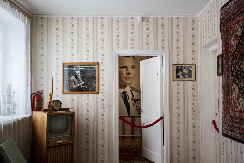 Một bức chân dung của Yuri Gagarin được treo tại nhà cũ của cha mẹ ông, nơi đây đã trở thành một bảo tàng trưng bày kỷ vật sau khi ông qua đời vào năm 1968.