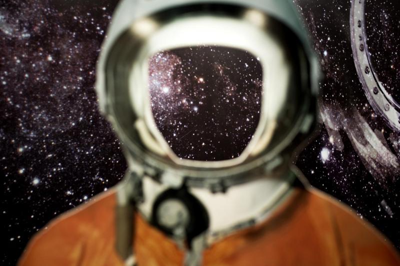 Bộ quần áo du hành không gian với kích thước bằng chính xác với cơ thể của Yuri Gagarin, được khoét lỗ trống ở mặt kính trên mũ áo để người hâm mộ có thể đứng vào và chụp ảnh.