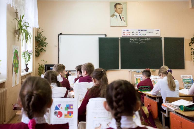 Học sinh trong một phòng học có treo ảnh của Yuri Gagarin tại làng Gagarin.
