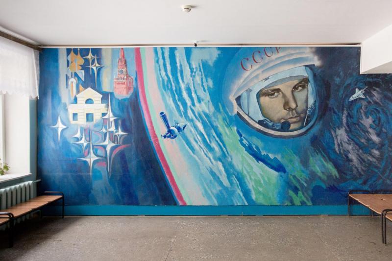 Bức tranh tường vẽ chân dung Yuri Gagarin ở một ngôi trường tiểu học tại đây.